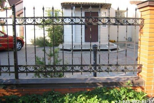 Стальной забор с элементами ковки