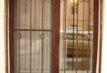 Решетка на окно с элементами ковки