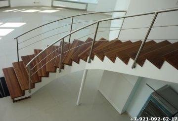Лестница со стальными поручнями