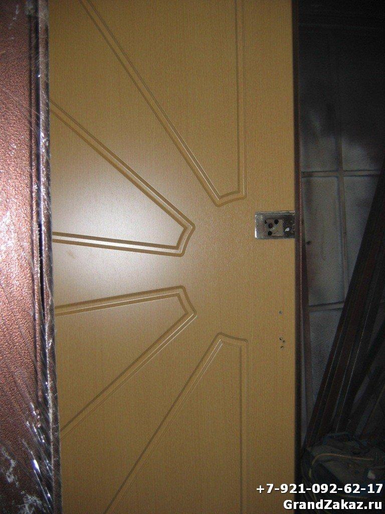 Стальная дверь с пластиковой накладкой