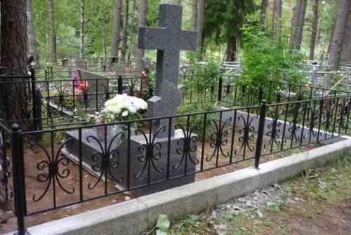 Кованая ограда на кладбище