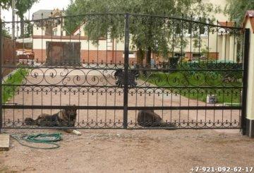 Легкие ворота с элементами художественной ковки