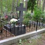 Металлическая оградка на кладбище