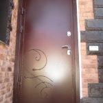 Железная входная дверь с коваными элементами