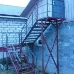 Металлическая лестница на второй этаж дачи