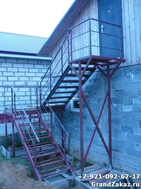 Простая лестница из металла