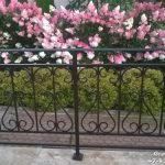 Металлическая ограда с коваными элементами
