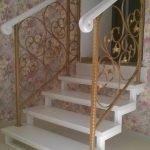 Каркас для лестницы с коваными перилами