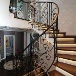 Кованые перила винтовой лестницы